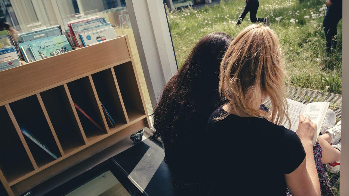 elever læser på Biblioteket Kilden