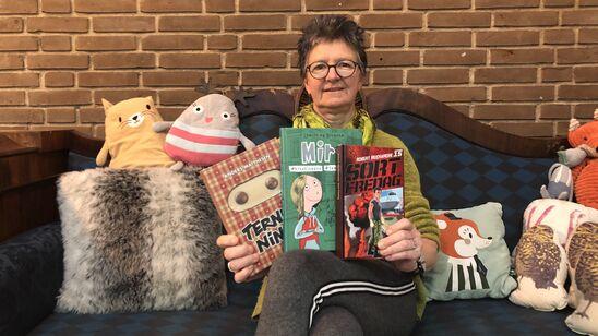 Bibliotekar Lissa Andersson med tre bøger
