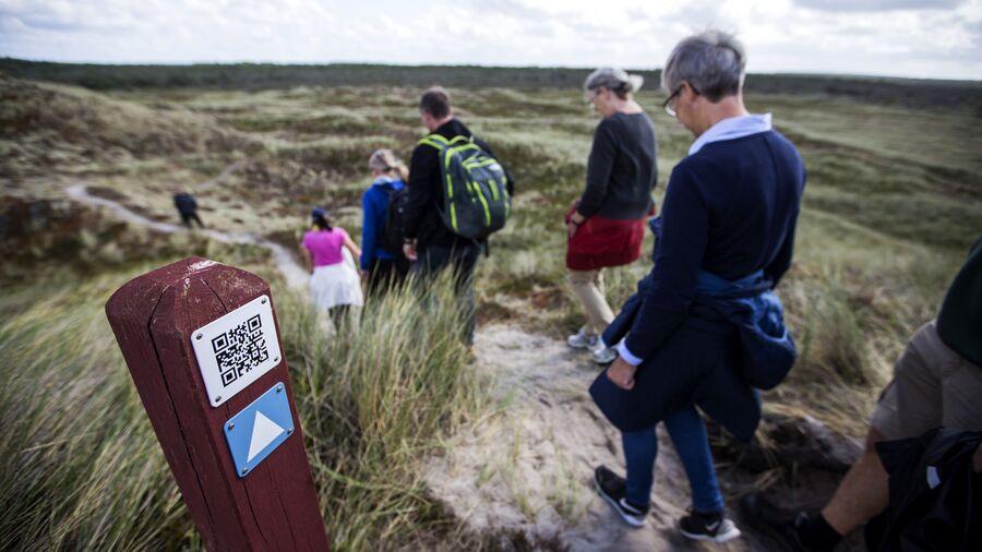 Blandt andet det danske klitlandskab har ændret sig. Vi manipulerer naturen, men elsker den også som her på en gåtur.