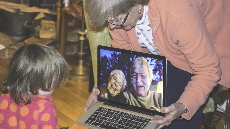 Videosamtale på bærbar computer mellem barn og ældre par.