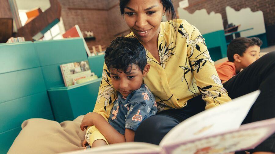 Barn får læst bog højt