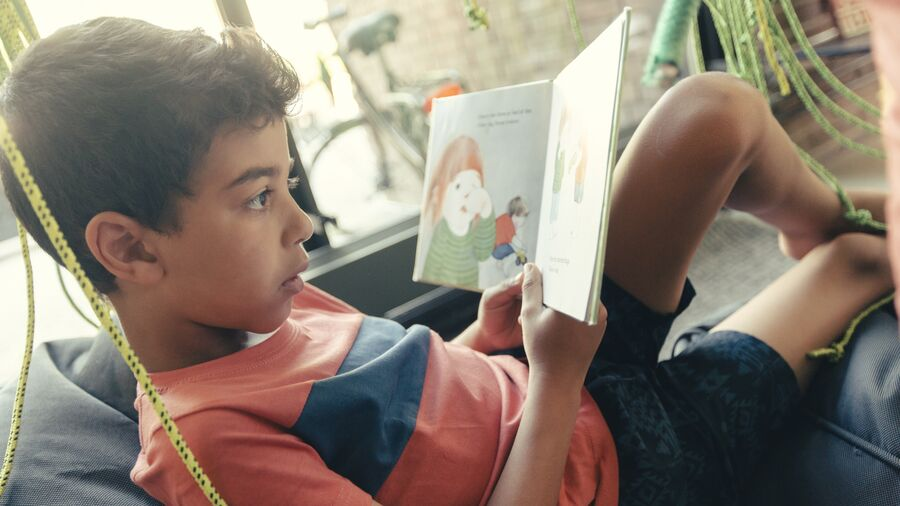 Barn læser bog