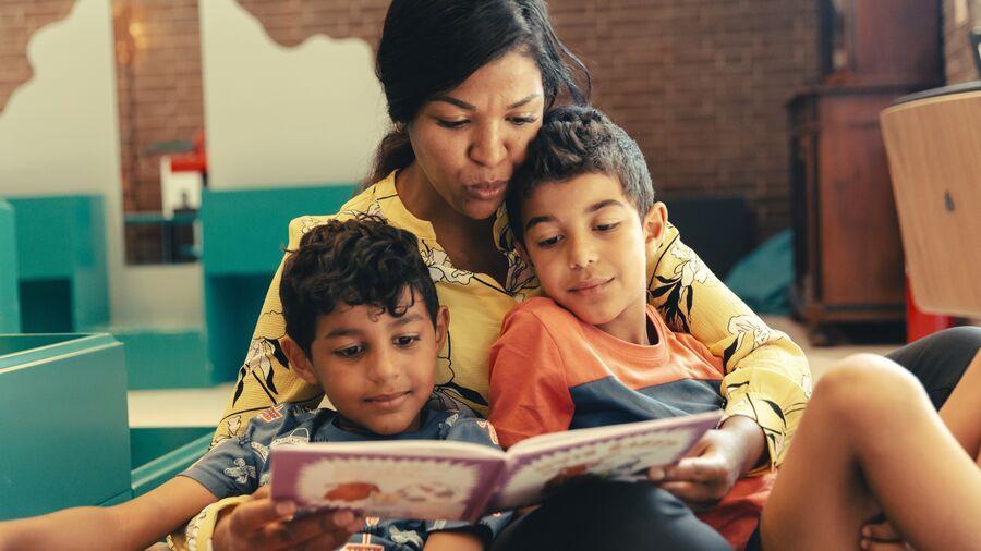 Børn får læst en bog højt