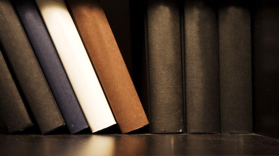 Brune bøger med mellemrum