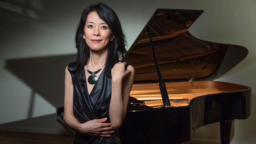 Kvinde foran flygel. Jazzpianist Eri Yamamoto, pressefoto.