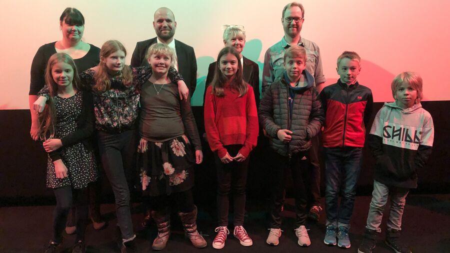Finalister, tre jurymedlemmer samt borgmester Thomas Gyldal Petersen til finalen i Fang Fortællingen 2018