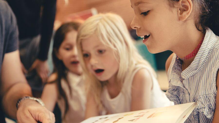 Begejstrede børn får læst bog højt