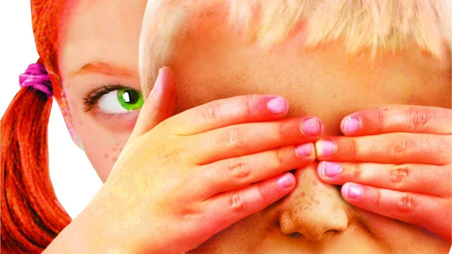 """Pige holder dreng for øjnene. Illustration af Stian Hole fra bogen """"Garmanns hemmelighed""""."""