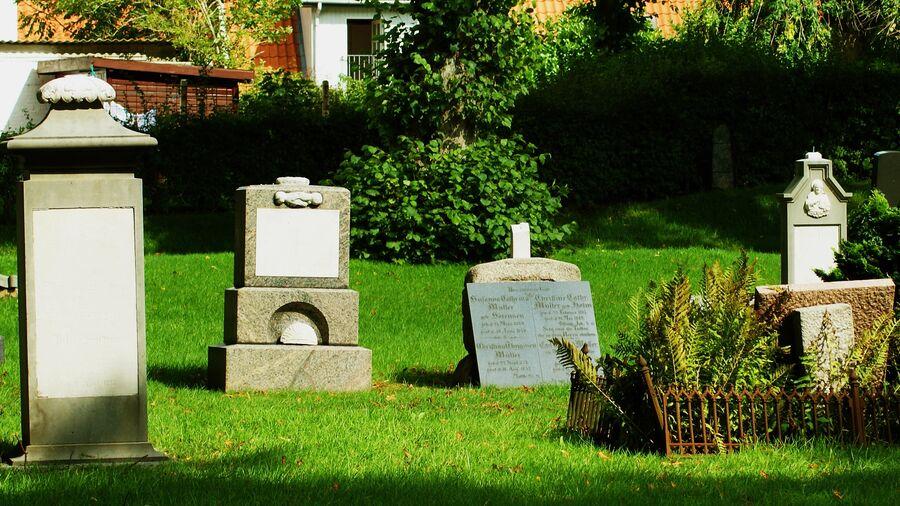 Kirkegårde rummer mange historier at gå på opdagelse i på en sommerferie. Her er det Haderslev Kirkegård.