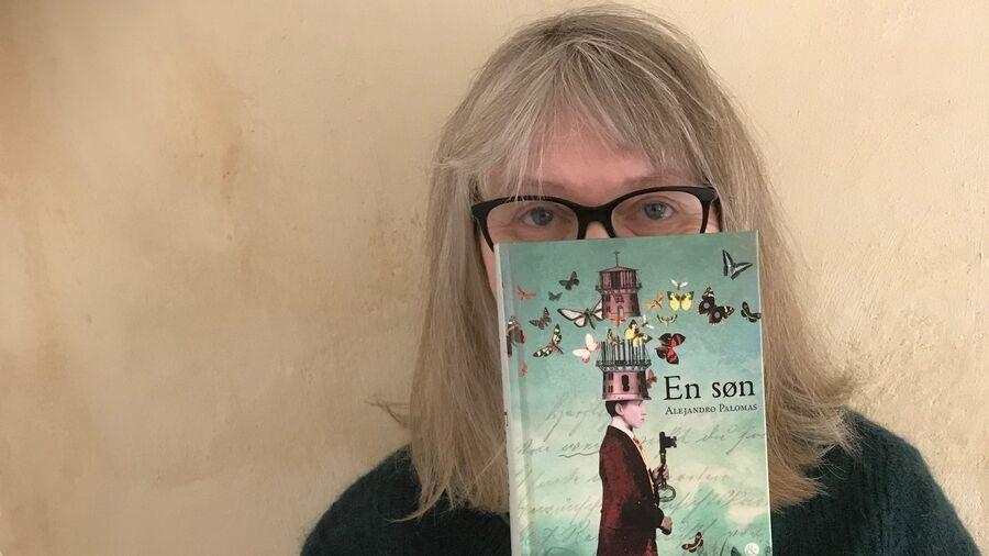 """Bibliotekar Hanne Svendsen Holme kigger frem bag bogen """"En søn"""""""