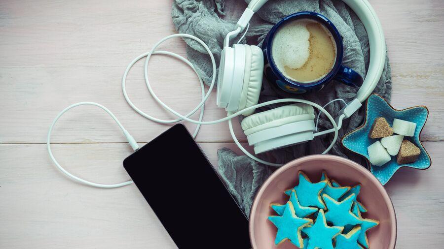 høretelefoner, smartphone og julekager