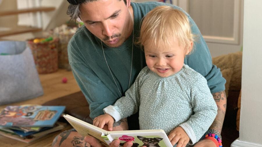 Matthias læser højt for sin søn
