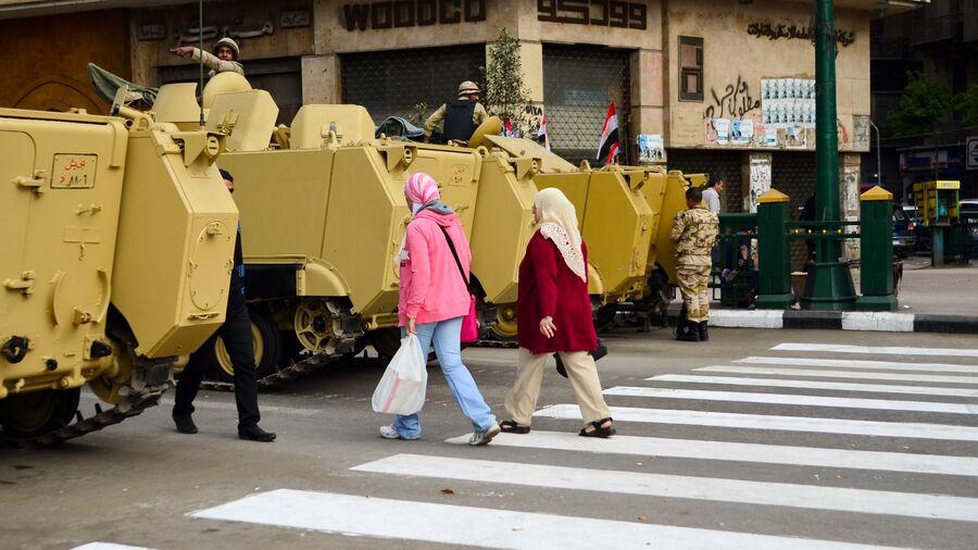 """Foto fra dokumentarfilmen """"I lyset af revolutionen"""": kvinder går mellem kampvogne"""