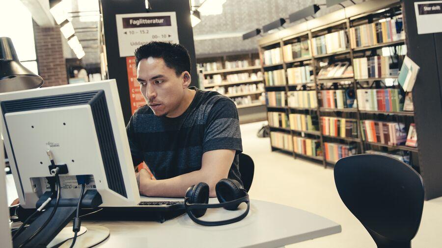 Bruger ved computer på Herlev Bibliotek
