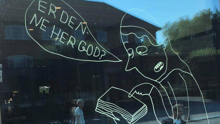 Oplev Line Jensens tegninger på bibliotekets vinduer