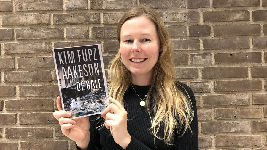 Litteraturformidler Nanna Damsgaard-Larsen med Kim Fupz Aakeson-bog