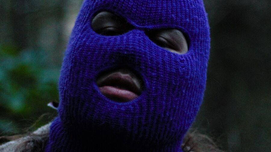 Person iført blå balaklava