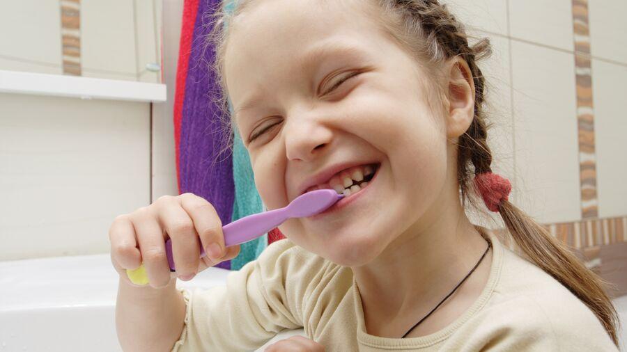 Barn børster tænder