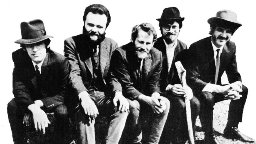 Sort-hvid foto af de fem mænd fra musikgruppen The Band iklædt jakkesæt, fotograferet i 1969