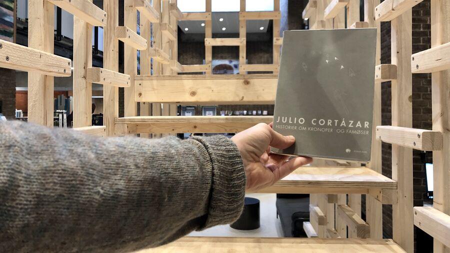 """Samlingen """"Historier om kronoper og famøser"""" på Herlev Biblioteks trappe-installation"""