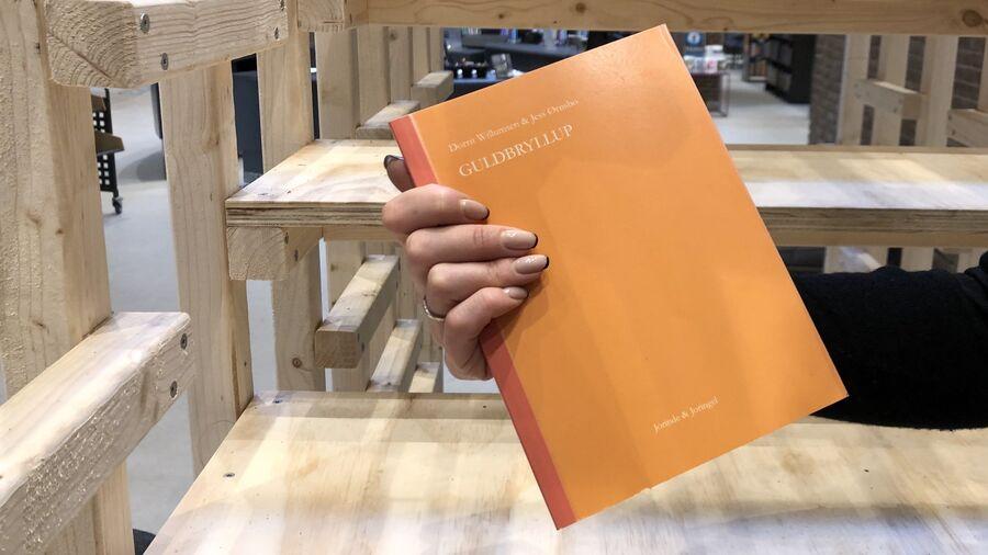 """Digtsamlingen """"Guldbryllup"""" på Herlev Biblioteks trappe-installation"""