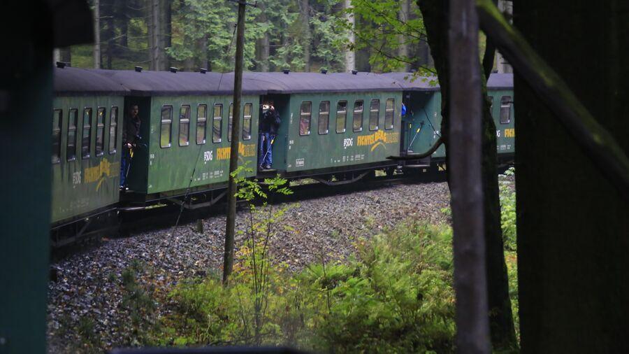 Ældre tysk tog på vej gennem skov