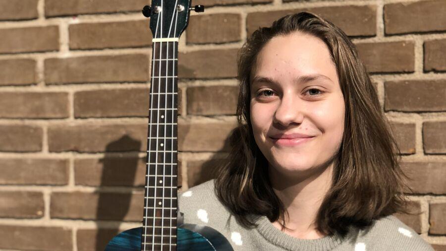 Christina Coldau, der spiller ukulele i Demoteket