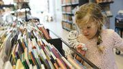 Barn med tigerbamse ved bøger